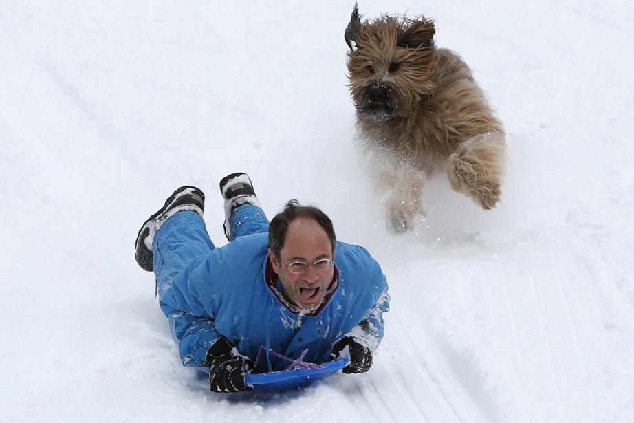 À New York, un homme dévale une pente de Central Park, poursuivi par son chien. | 9 février 2013