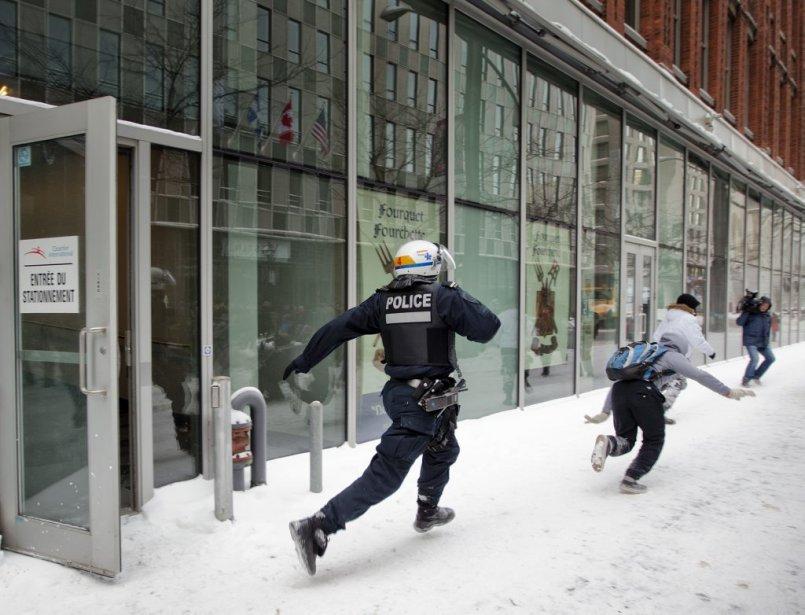 Une manifestation a dégénéré aujourd'hui au centre-ville de Montréal près du Palais des congrès où se déroulait le Salon des ressources naturelles. | 9 février 2013