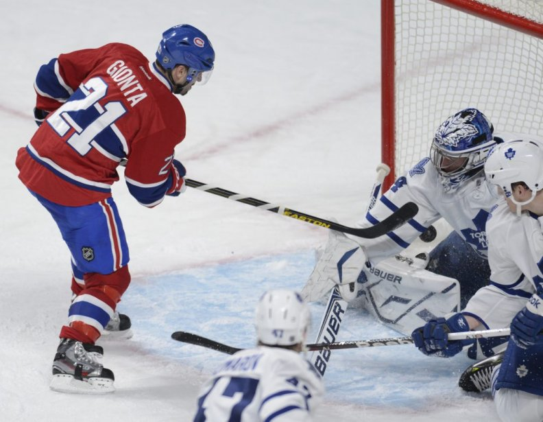 Brian Gionta se butte à James Reimer. (Photo Bernard Brault, La Presse)