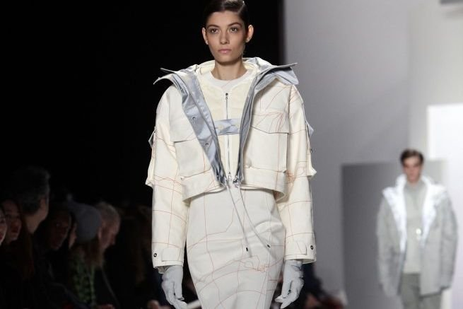 Un mannequin présente la collection automne/hiver 2013 de... (Photo Joshua Lott, Reuters)