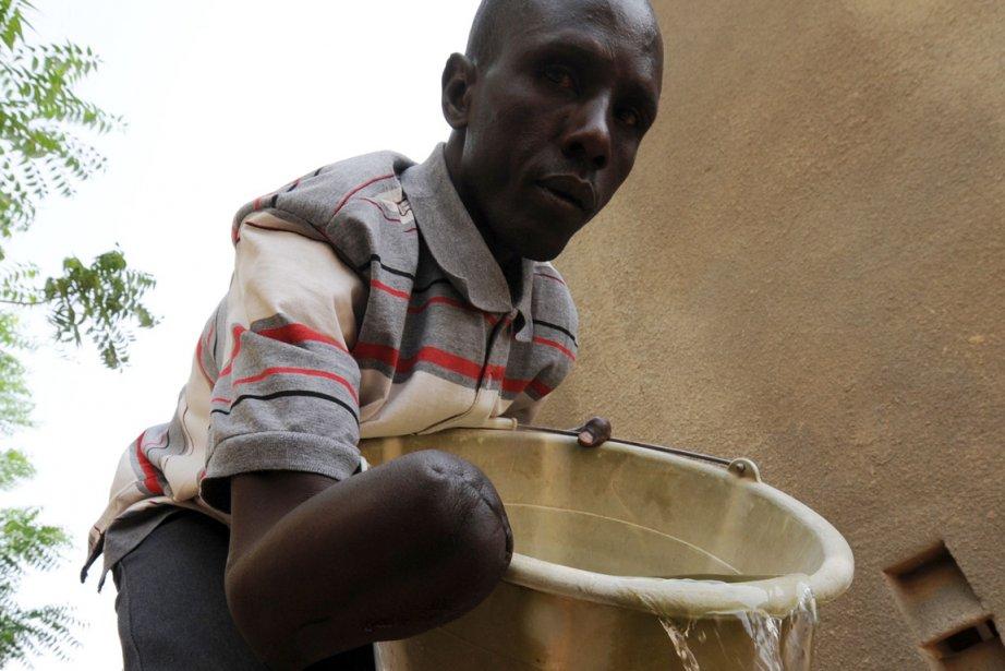 Un Malien utilise ce qui reste de son... (Photo : Sia Kambou, Agence France-Presse)