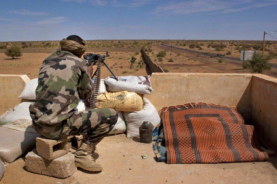 Un soldat malien fait le guet près de... (Photo: Reuters)