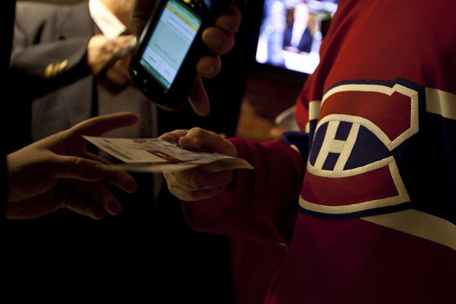 Un partisan du Canadien présente ses billets avant... (Photo: Olivier PontBriand, archives La Presse)