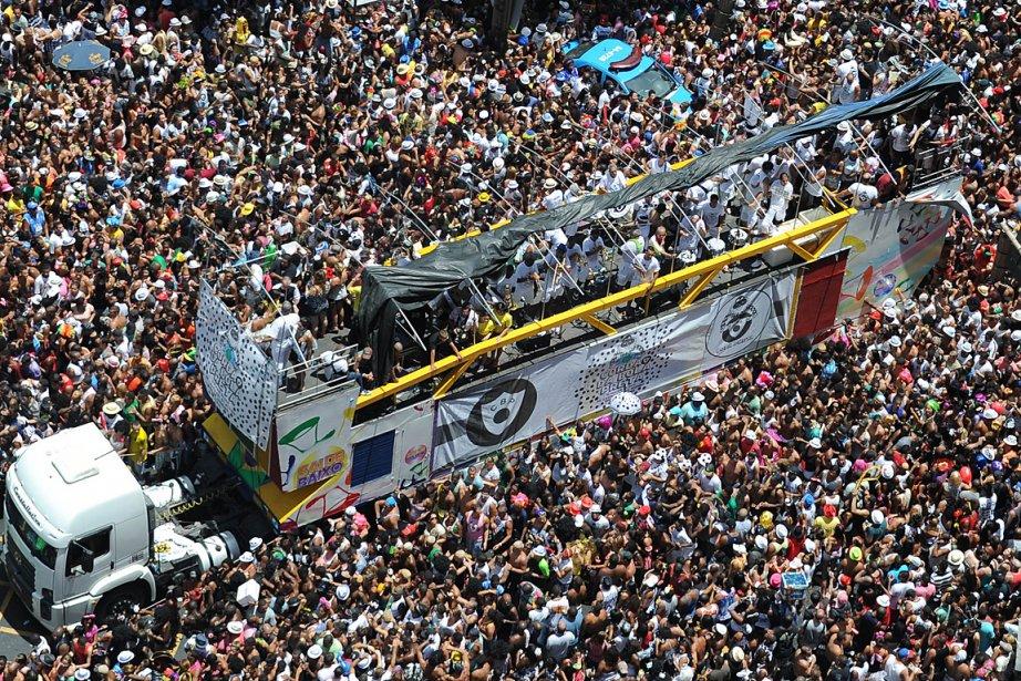 Des centaines de personnes assistent à une parade... (Photo: AFP)