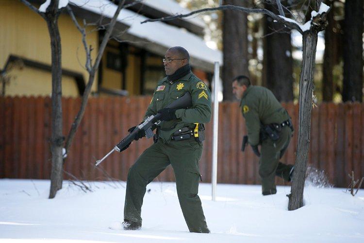Des officiers du comté de Big Bear Lake... (Photo: AP)