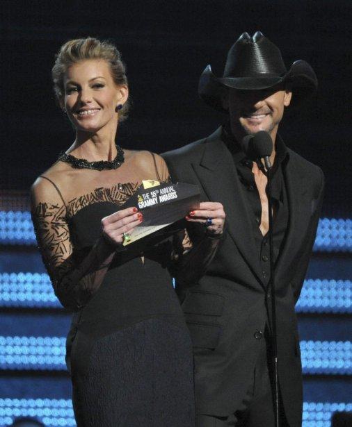 Faith Hill et Tim McGraw présentent la récompense pour la chanson de l'année. (Photo AP)