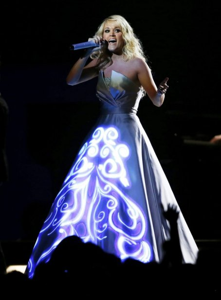 La robe lumineuse de Carrie Underwood n'a laissé personne insensible (Photo Reuters)