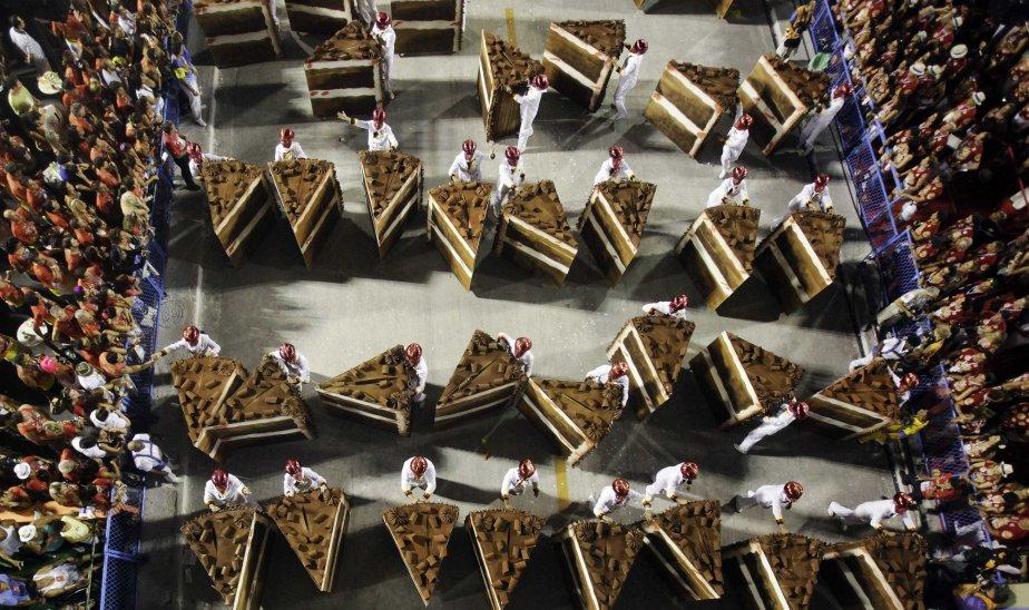 Des membres d'une école de samba participent au défilé du carnaval de Rio. | 11 février 2013