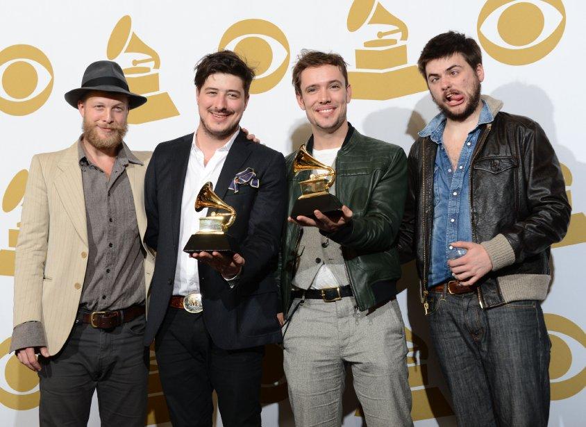 Le groupe Mumford and Sons pose avec son trophée glané au 55e gala des prix Grammy. | 11 février 2013