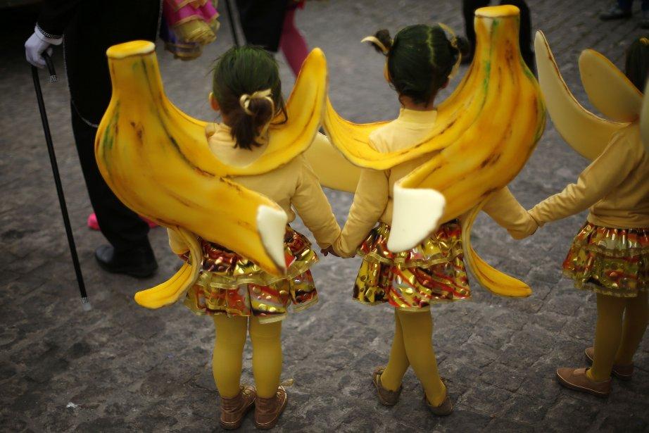 Des enfants attendent de pouvoir prendre part à une parade de samba durant le carnaval du village de Sesimbra. | 11 février 2013