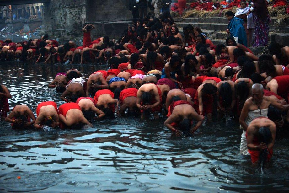 Des fidèles se purifient dans la rivière Bagmati à l'occasion du festival Swasthani, à Katmandou. | 11 février 2013