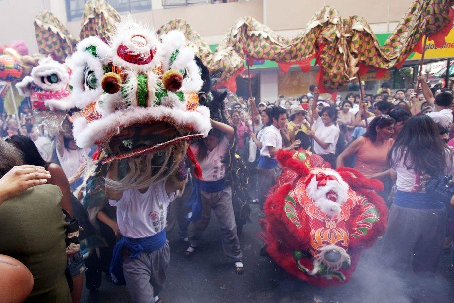 Des danseurs célèbrent le Nouvel An chinois à Lima. | 11 février 2013
