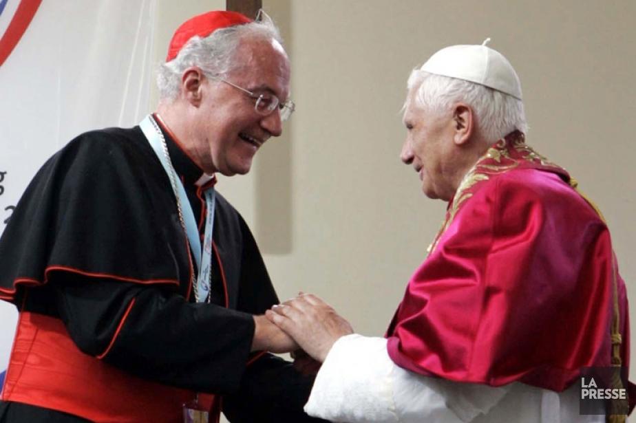 Le cardinal Marc Ouellet (à gauche) parle toutes... (Photo: Reuters)