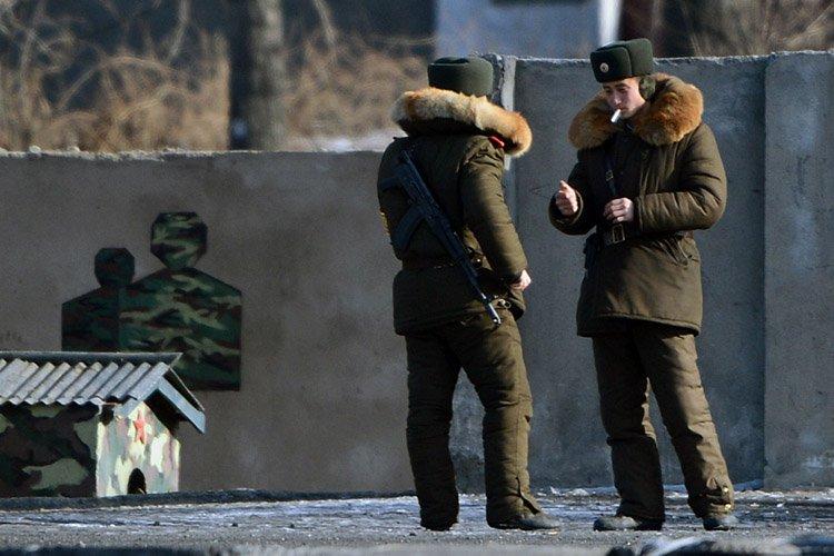 Des soldats nord-coréens en patrouille dans la ville... (Photo: AFP)