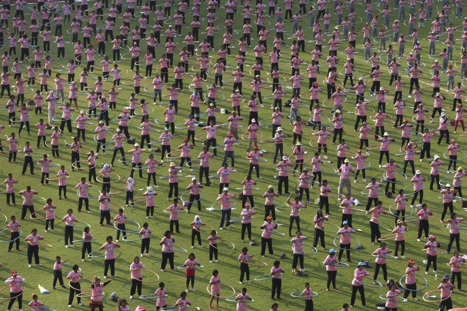 Près de 5000 participants tentent le 12 février de briser un record Guiness de hula hoop, à Pathumthani, en Thaïlande. Leur objectif est de dépasser le précédent record de 4483 personnes  faisant tourner le cerceau de plastique autour de leur taille en même temps, au même moment. | 12 février 2013
