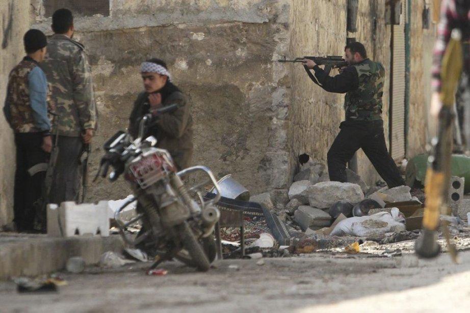 Un combattant de l'armée syrienne libre prêt à... (Photo Muzaffar Salman, Reuters)
