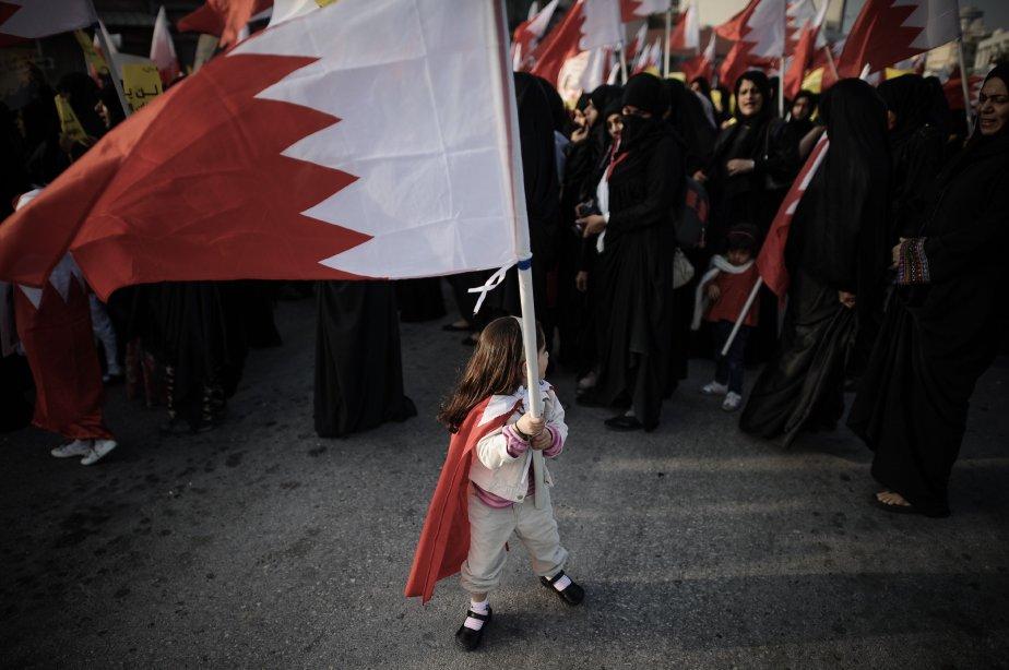 Une fillette tient le drapeau national du Bahreïn lors d'un rassemblement antigouvernemental exigeant des réformes, au village de Sanabis, à l'ouest de la capitale Manama. | 13 février 2013
