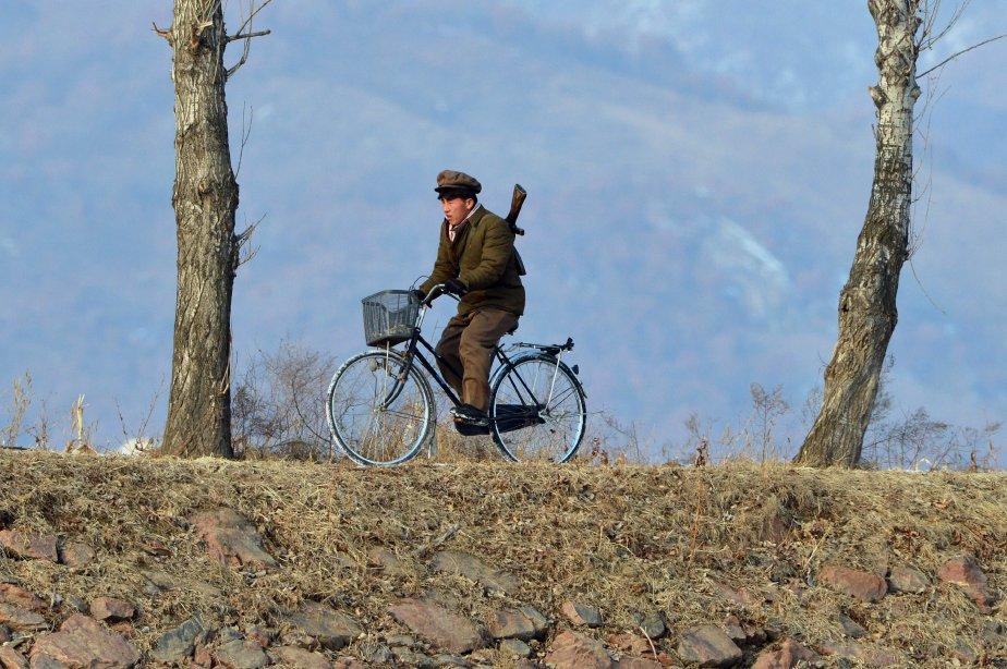 Un soldat de la Corée du Nord se promène à vélo le long d'une rivière Yalu près de la ville nord-coréenne de Sinuiju. | 13 février 2013