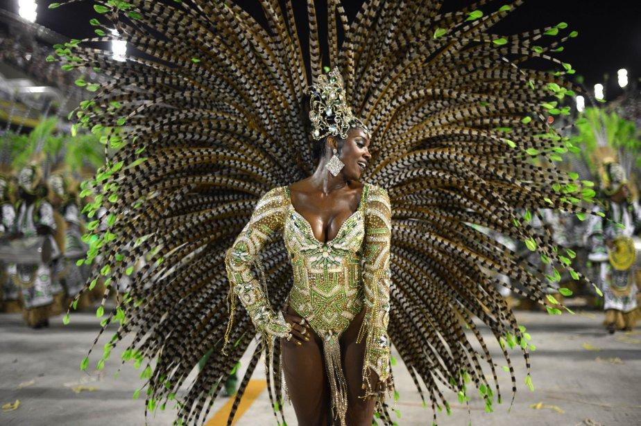 Une femme de l'école de samba Imperatriz Leopoldinense lors de la seconde nuit de défilés du Carnaval, au Sambadrome de Rio de Janeiro. | 13 février 2013