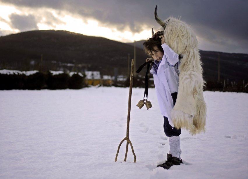 Un jeune garçon porte un costume de Momotxorro lors du carnaval Alsasua, dans le village espagnol d'Alsasua. | 13 février 2013