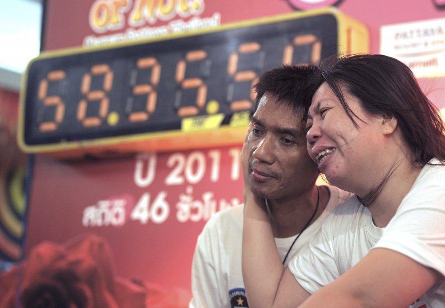 Un couple thaïlandais pose à la suite de son record du baiser le plus long, tenu à l'occasion de la Saint-Valentin, à Pattaya. Ekkachai et Laksan se sont embrassés pendant 58 heures, 35 minutes et 58 secondes! | 14 février 2013