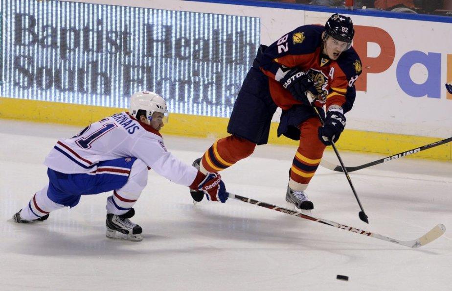 Tomas Kopecky tente d'aller chercher la rondelle devant David Desharnais. | 14 février 2013