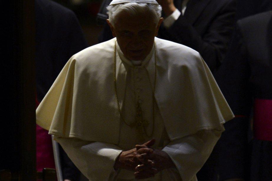 Le pape Benoît XVI fait son entrée à son audience... | 2013-02-15 00:00:00.000