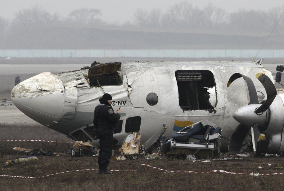 Un enquêteur de la police ukrainienne examine le site de l'écrasement d'un avion de type Antonov à Donetsk, crash durant lequel 5 des 45 passagers ont perdu la vie. | 15 février 2013