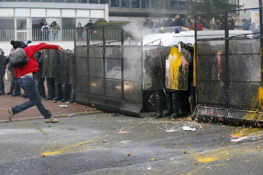 Manifestation devant l'usine de pneus Goodyear à Rueil-Malmaison, en région parisienne. | 15 février 2013