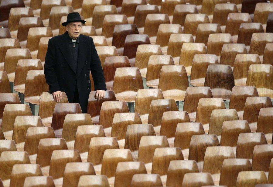 Un prêtre arrive à la salle Paul VI du Vatican avant l'audience hebdomadaire du Pape Benoît XVI. | 15 février 2013