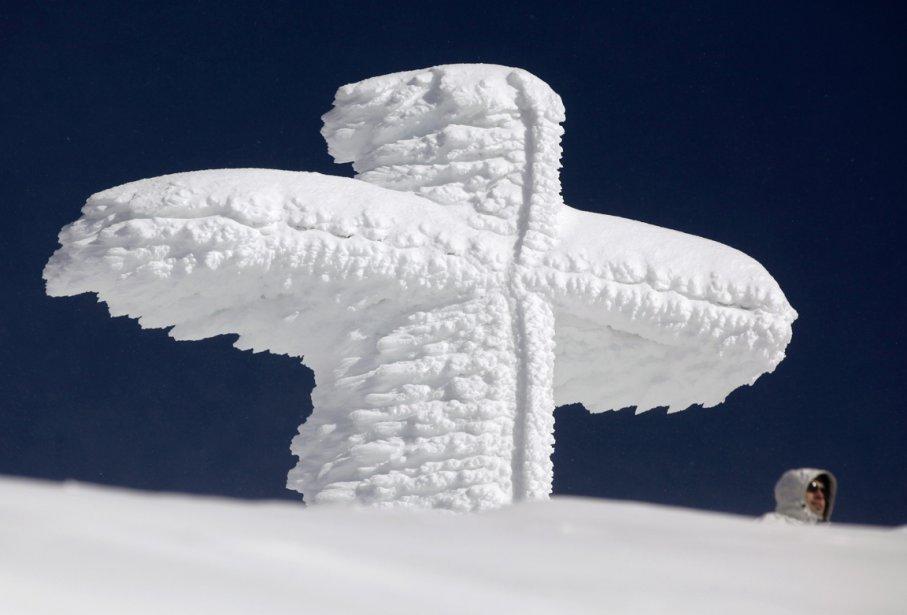 Une croix couverte de neige sur le mont Saentis près de Schwaegalp dans l'est de la Suisse. | 15 février 2013