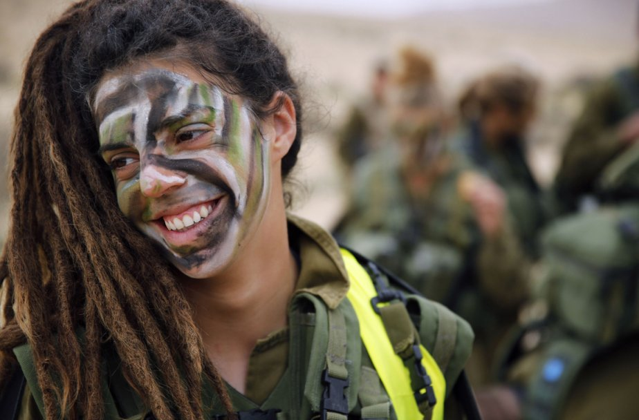 Un membre des forces armées israéliennes lors d'une séance d'entrainement dans le désert du Néguev, en Israël. | 15 février 2013
