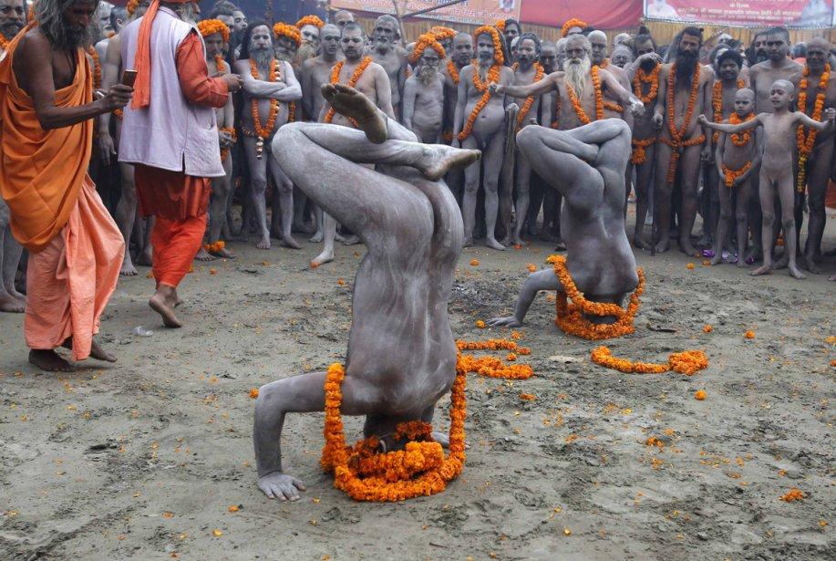 Des sādhus indiens pratiquent le yoga lors du festival de Kumbhamelā, à Allāhābād, dans le nord de l'Inde. | 15 février 2013