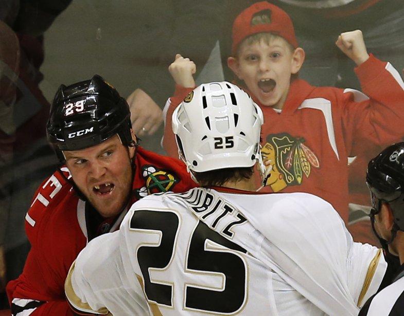 Combat entre Brad Staubitz des Ducks d'Anaheim et Bryan Bickell des Blackhawks de Chicago sous le regard d'un jeune partisan. | 15 février 2013