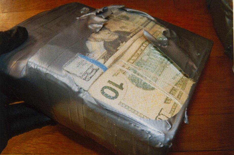 Tandis qu'ils s'attendaient à trouver de la drogue dans sa résidence, les enquêteurs ont plutôt découvert 372 000$ en devises américaines emballés et scellés sous vide dans un sac sport. | 15 février 2013
