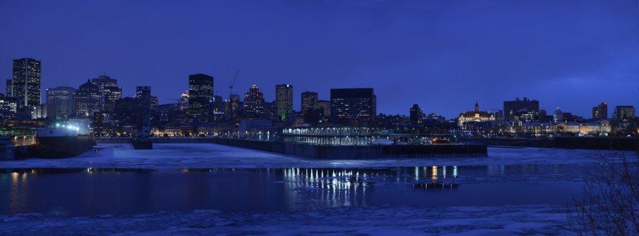 Vue de l'hôtel de ville, du marché Bonsecours et du centre-ville de Montréal, à la tombée de la nuit. | 15 février 2013