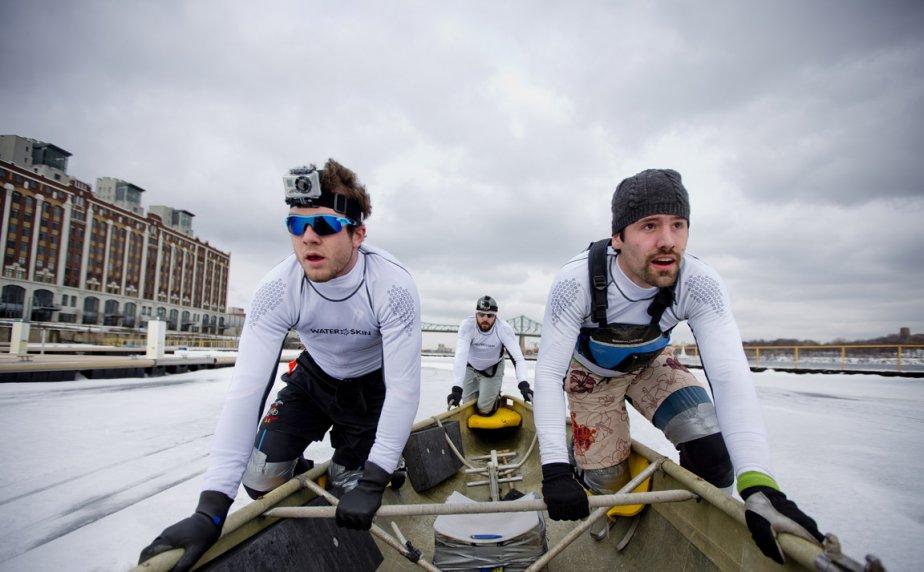 Les membres de l'équipe «Gilles Rochette» se préparent pour une course de canots à glace sur le fleuve Saint-Laurent, à Montréal. | 15 février 2013