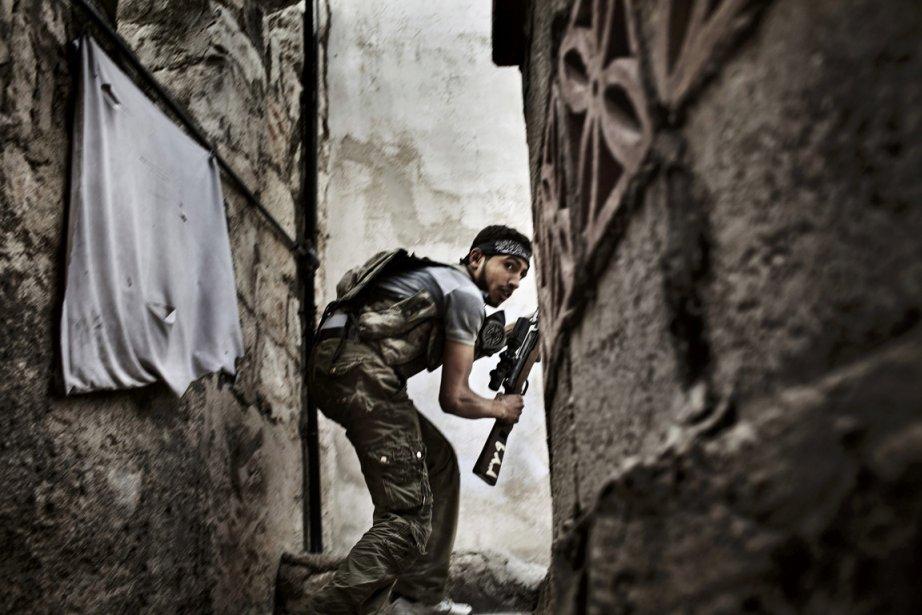 L'italien Fabio Bucciarelli de l'Agence France-Presse mérite le deuxième prix dans la catégorie «nouvelles» pour cette photo d'un rebelle syrien. | 15 février 2013