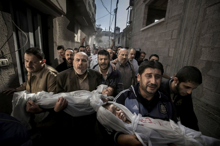 Le grand prix revient cette année au photographe suédois Paul Hansen pour un cliché montrant un groupe d'hommes transportant les cadavres de deux jeunes enfants dans les rues de Gaza City. La photo  de Paul Hansen, publié par le quotidien suédois Dagens Nyheter, a été prise le 20 novembre 2012 dans les rues de la ville principal de la bande de Gaza. | 15 février 2013