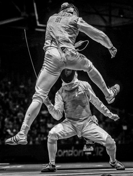 Sergei Ilniysky remporte le deuxième prix du photoreportage sportif pour ce cliché de l'Égyptien Alaaeldin Abouelkassem (haut) en pleine action contre l'Allemand Peter Joppich, lors d'un duel d'escrime aux Jeux de Londres. | 15 février 2013