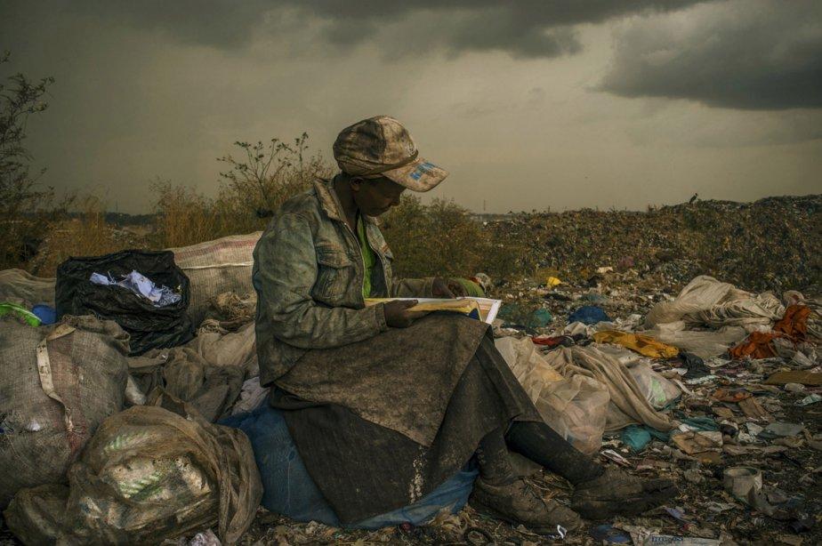Le premier prix de la catégorie des enjeux contemporains revient à l'Américaine Micah Albert de l'agence Redux pour cette photo de cette éboueuse prenant une pause dans un dépotoir de Nairobi au Kenya. | 15 février 2013