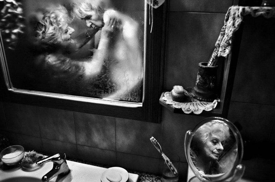 L'Italien Fausto Podavini gagne le premier prix dans la catégorie «photoreportage de scènes de vie quotidienne» pour cette photo de Mirella, qui prend soin de son époux Luigi, souffrant de la maladie d'Alzheimer. | 15 février 2013