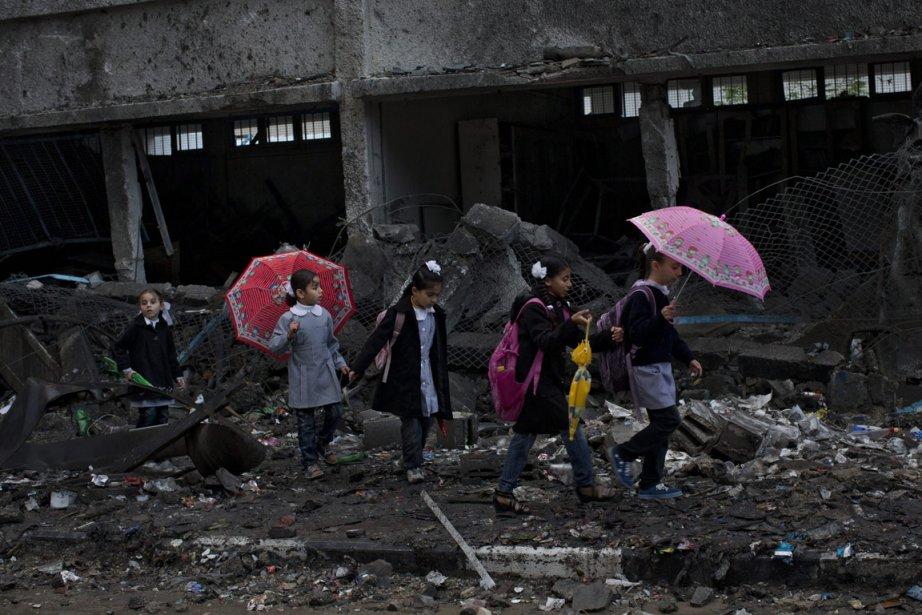 Bernat Armangue de l'Associated Press remporte le premier prix dans la catégorie «nouvelles» grâce à cette photo d'écolières palestiniennes marchant parmi les ruines d'un immeuble de Gaza bombardé par l'aviation israélienne. | 15 février 2013
