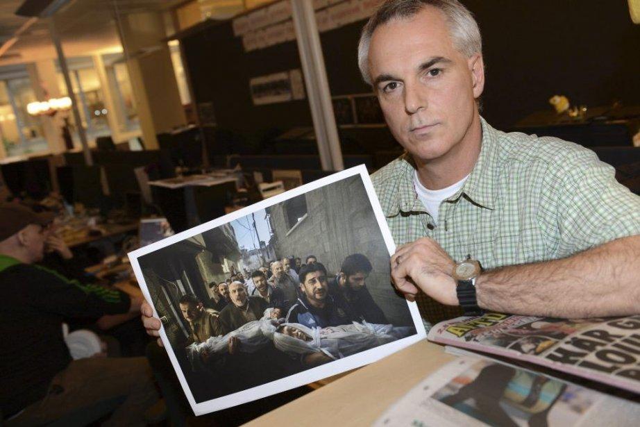 Paul Hansen pose avec la photo qui lui... (Photo: AFP)
