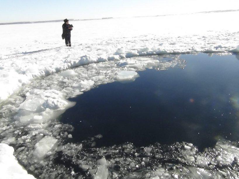 Un trou de 6 mètres de diamètre au lac qui ser trouve près de Chelyabinsk. | 15 février 2013