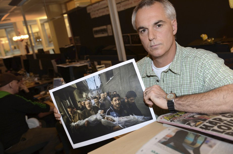 Le photographe suédois Paul Hansen a remporté le 15 février le Prix mondial de la photo de presse 2012 pour son cliché de deux enfants palestiniens amenés à leurs funérailles après avoir été tués par une frappe israélienne. La photo avait été publiée dans les pages du quotidien Dagens Nyheter. Une membre du jury a dit avoir été estomaquée par le contraste entre l'innocence des enfants et la colère et la peine des adultes. | 15 février 2013