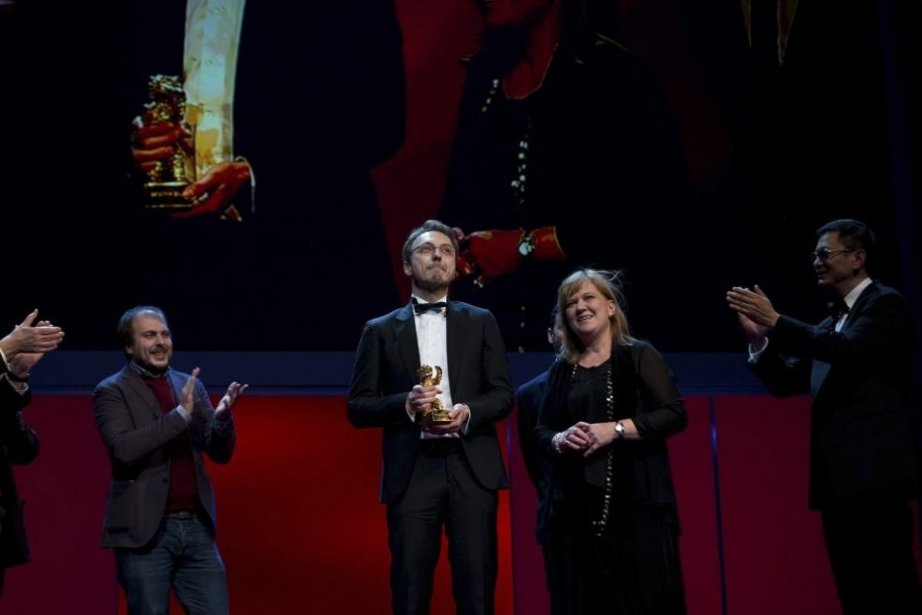 Calin Peter Netzer et Ada Solomon reçoivent l'Ours... (PHOTO JOHANNES EISELE, AFP)