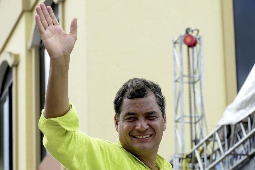 Le président sortant Rafael Correasalue la foule à... (PHOTO RODRIGO BUENDIA, AFP)
