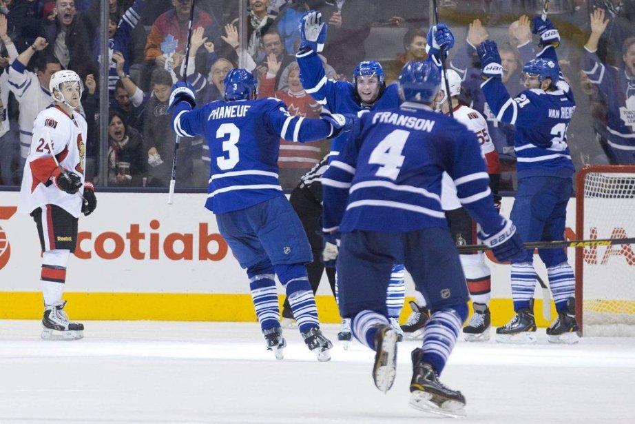 Les Leafs célèbrent le but de Tyler Bozak.... (Photo Chris Young, La Presse Canadienne)