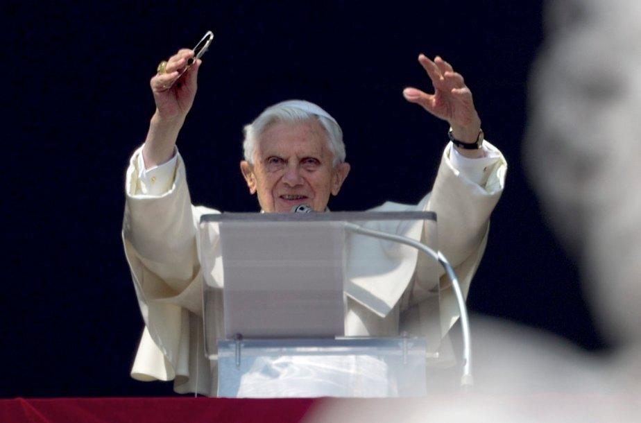 Pour la première fois depuis sa renonciation, le pape Benoit XVI salue la foule de croyants et de pèlerins de la fenêtre de ses appartements du Vatican lors de la prière de l'Angelus, dimanche. | 17 février 2013